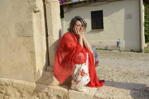 La felicità di essere donna. La cantautrice Adriana Spuria con il nuovo singolo Senti