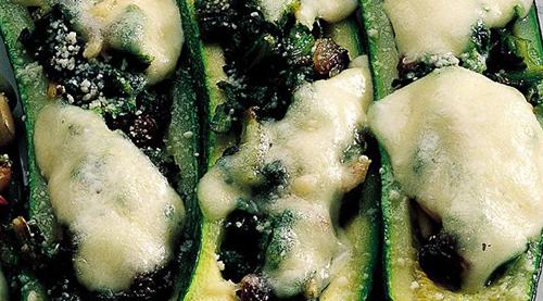 Barchette di zucchine con mozzarella e granella di pistacchi