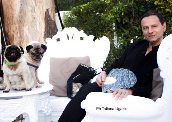 Un momento di relax di Andrea Ripa di Meana con i suoi due amati cuccioli