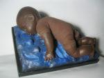 """""""Il cammino della speranza nel bimbo morto"""" diventa una scultura-installazione di Guadagnuolo"""