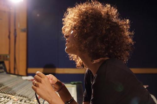 La cantante SENHIT è al lavoro sul nuovo progetto discografico e in primavera tornerà con un nuovo sorprendente singolo in lingua italiana