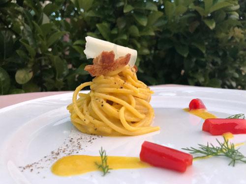 Carbonara super light di peperone dolce giallo, sfrizzoli di pane integrale e cacio di pecora