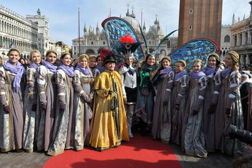 Erika Chia e Micol Rossi volano su Piazza San Marco tra gioia e applausi