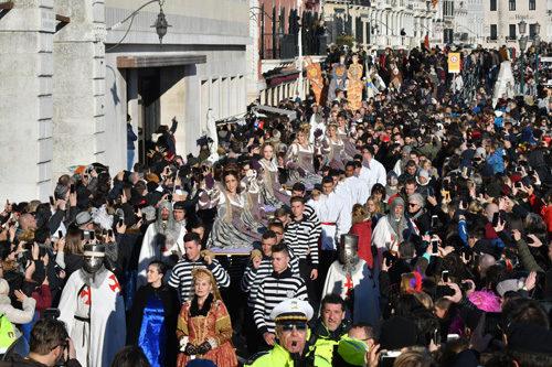 Il tradizionale corteo delle dodici Marie ha aperto oggi pomeriggio, sabato 23 febbraio, il Carnevale di Venezia