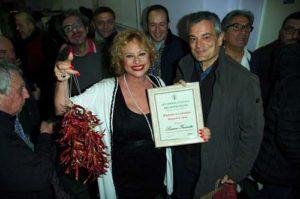 Il presidente Antonio Bartalotta cosegna il Diploma Accademico alla Frazzetto come Ambasciatrice del Peperoncino Foto By Adriano Di Benedetto