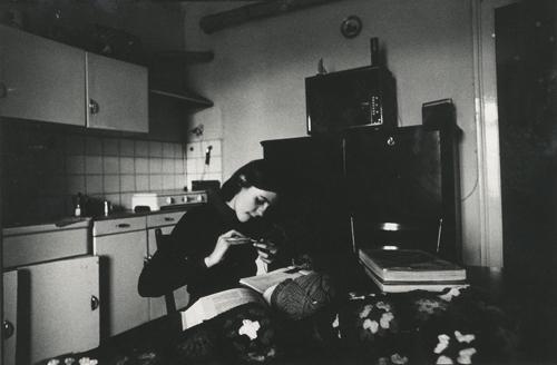 Carla Cerati, Donne di ringhiera, Milano 1975, stampa fotografica in bianco e nero