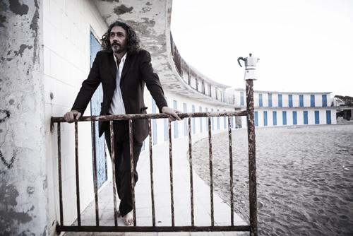 """Alessio Bonomo live in full band con """"La musica non esiste"""" sul palco dell'Angelo Mai di Roma"""