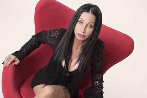 """""""ZIKI ZAKA"""", il nuovo singolo della cantante reggiana Yulla, spesso al centro del gossip"""