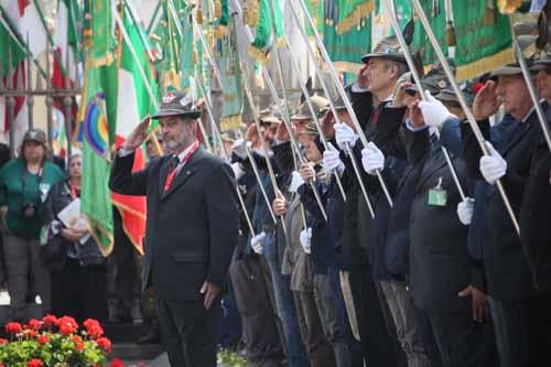 Con l'alzabandiera in piazza Duomo inaugurata ufficialmente L'Adunata del Centenario