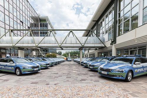 Consegnate le nuove 21 vetture alla Polizia Stradale con colori d'istituto