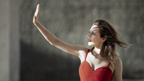 Il tempo vola, il primo ep di inediti della cantautrice milanese Elisa Sapienza