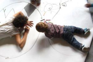 """Giocare, fare, disegnare: lo spettacolo per bambini """"Carta canta"""" allo Spazio Teatro 89 di Milano"""