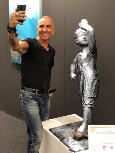 in foto Thomas Pacher accanto alla sua opera vincitrice