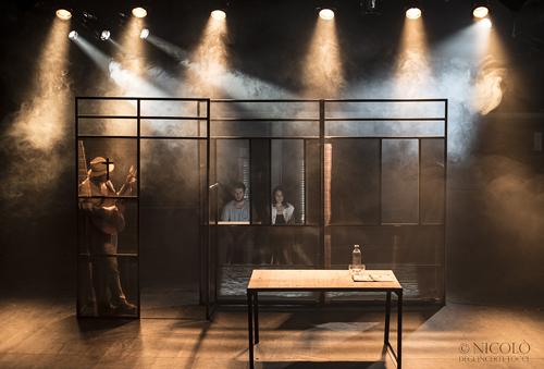 L'indifferenza, lo spettacolo scritto e diretto da Pablo Solariin scena al Teatro Argot Studio di Roma
