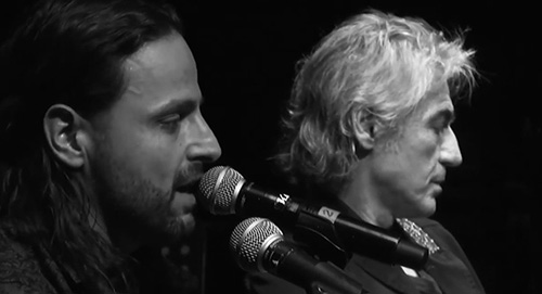 Alberto Bertoli e Ligabue in duetto con il brano Le Cose Cambiano al Teatro Storchi di Modena