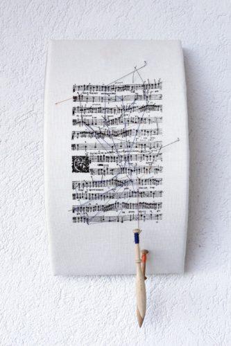 """""""Partiture Mute. Note a margine"""", la mostra di Donatella Lombardo al Museo della Musica di Bologna"""