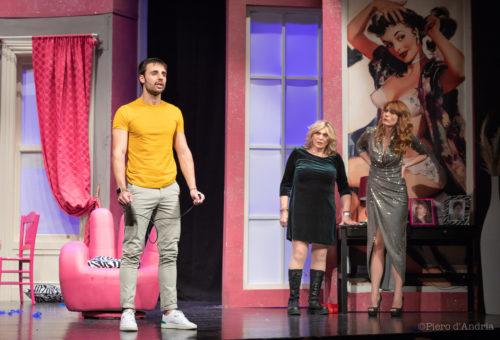 Milena Miconi e Nadia Rinaldi ne L'Uomo perfetto, al Teatro Martinitt di Milano