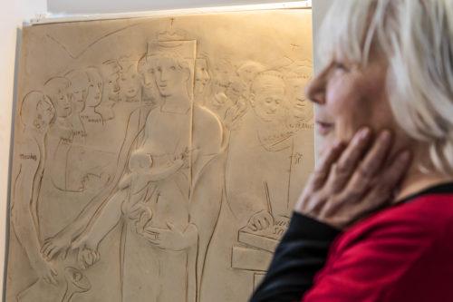 Paola de Gregorio dona alla Università Regina Apostolorum di Roma un bassorilievo