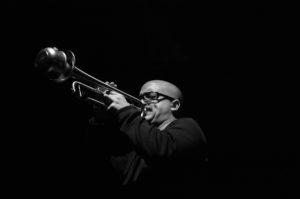 Sulle tracce di Corto Maltese con il jazz di Giovanni Falzone e le fotografie di Pino Ninfa alla Camera del Lavoro di Milano